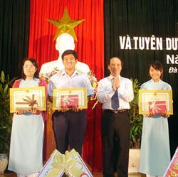 Chủ tịch UBND thành phố Trần Văn Minh tặng quà cho các em học sinh giỏi